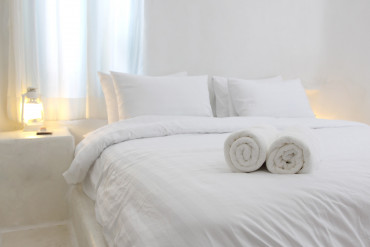 white and  luxurious hotel bedroom
